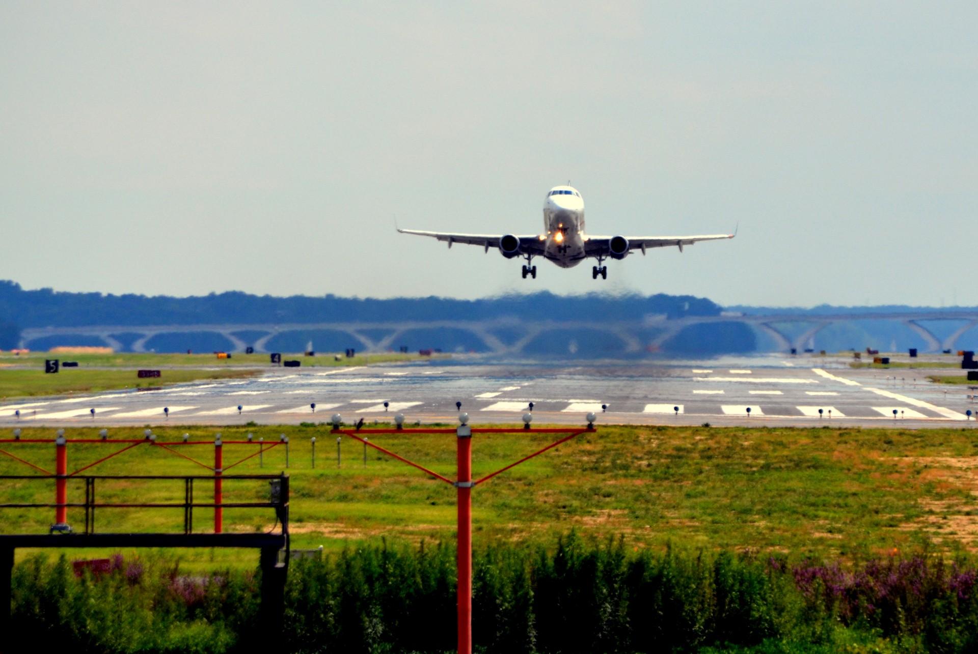 взлетающий самолет Росавиация